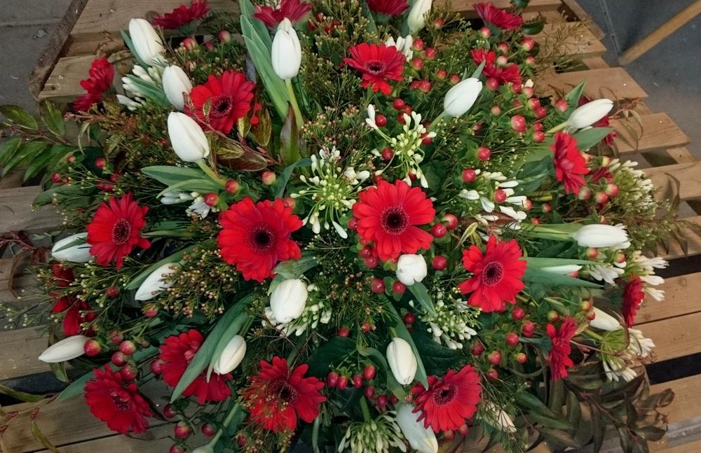 bloemstuk rode gerbera witte tulpen