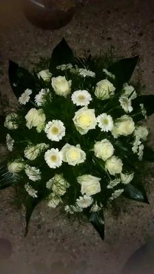bloemstuk biedemeierrond wit